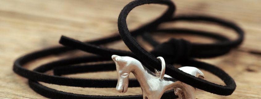 Collier avec un pendentif cheval